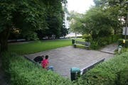 Das Pärklein neben der St.Mangen-Kirche in neuerer Zeit. Zwischen 2000 und 2015 hatte es als Treffpunkt für Jugendliche, die dem Alkohol zusprachen, einige Jahre einen schlechten Ruf. Der damals gängige Begriff «Pärklisaufen» wurde hier geprägt. (Bild: Reto Voneschen - 14. Juli 2010)