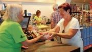 Jetzt gehen die letzten Schweizer Erdbeeren über den Ladentisch, so wie hier im «Go Poschta» in Widnau. (Bild: Ronja Zellweger)