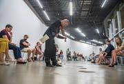 Das Publikum säumt den englischen Geiger David Sontòn Caflisch wie eine Allee. (Bild: Dominik Wunderli, Kunsthalle Luzern, 30. Juli 2019)