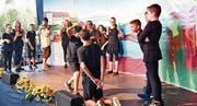 Zielsicher trifft der menschliche Pfeil aus Tells Armbrust in den Apfel. Das junge Ensemble von Regisseur Florian Rexer hatte einen anstrengenden Tag. (Bild: Manuel Nagel)