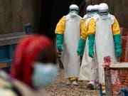 Gesundheitsangestellte im Kongo auf dem Weg zur Arbeit in einem Ebola-Behandlungszentrum. (Bild: KEYSTONE/AP/JEROME DELAY)
