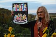 Festrednerin Therese Lechner zeigt an der Bundesfeier der Gemeinde Hauptwil-Gottshaus eine Geburtstagskarte für die Schweiz. (Bild: Georg Stelzner)