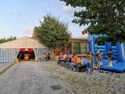 Kinder toben sich auf der Hüpfburg aus. (Bild: Désirée Wenger)