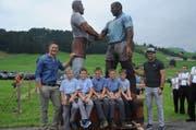 Die Schwinger Thomas Sutter und Martin Hersche standen Modell für die neue, über drei Meter grosse Skulptur. (Bild: Astrid Zysset)