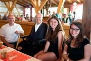 Gemeindepräsident Florian Ibig, CVP-Nationalrat und Festredner Christian Lohr sowie die beiden Jungbürgerinnen Léa Hascher und Rebecca Schwarz. (Bild: Andreas Taverner)
