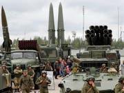 In Russland sind bei einem missglückten Test auf einem Militärgelände sieben Menschen ums Leben gekommen - zudem ist laut Meldungen vom Samstag eine erhöhte Radioaktivität festgestellt worden. (Bild: KEYSTONE/EPA/ANATOLY MALTSEV)
