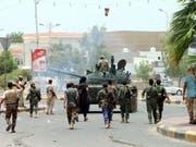Kämpfer der Gruppe Sicherheitsring, die für einen unabhängigen Süd-Jemen eintritt, patrouillieren durch die Strassen von Aden. Die Separatistengruppe wird von den Vereinigten Arabischen Emiraten unterstützt. (Bild: KEYSTONE/EPA/NAJEEB ALMAHBOOBI)