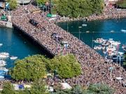 Auch in diesem Jahr dürfte es rund ums Seebecken wieder voll werden: Ab 14 Uhr sind 30 Love Mobiles am Start und Zürich wird zum Hotspot für elektronische Musik. (Bild: KEYSTONE/ENNIO LEANZA)