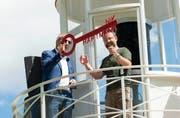 Hanno Wyss von der Stiftung Leuchtturm Rheinquelle übergibt dem neuen Leuchtturmwärter Nik Hartmann (rechts) den Schlüssel zum Turm. (Bild: Stiftung Leuchtturm Rheinquelle, Oberalppass, 9. August 2019)