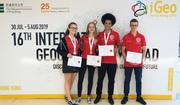 Das Schweizer Team an der Geographie-Olympiade in Hongkong: Julia Gschwind, Anna-Lena Hatzold, Carlo Mühlemann und Tobias Vetter. (Bild: pd)