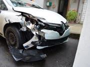 Eine 19-jährige Frau hat am frühen Samstagmorgen das Auto ihrer Mutter entwendet und damit einen Unfall verursacht. Die junge Frau besass kein Autopermis und hatte Alkohol und Drogen konsumiert. Bei dem Unfall wurde niemand verletzt. Es entstand ein Sachschaden von gegen 10'000 Franken (Bild: Kantonspolizei St. Gallen)