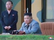 Der Diktator Nordkoreas Kim Jong Un (Bildmitte) hat den fünften Waffentest innerhalb weniger Tage erneut persönlich mitverfolgt und sich anschliessend zufrieden über die Ergebnisse gezeigt. (Bild: KEYSTONE/AP KCNA via KNS)