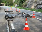 In der Nacht auf Sonntag ist im Kanton Schwyz ein Steinschlag auf die Strasse zwischen Brunnen und Gersau niedergegangen. Die Strasse ist bis mindestens Montagmittag gesperrt. (Bild: Kantonspolizei Schwyz)