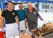 Haben alle Hände voll zu tun. Küchenchef Reto Rohrbach (mitte) mit Simon (links) und Walti.