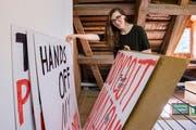 Die neue Kuratorin Patricia Holder zeigt Beni Bischofs Demo-Plakate.