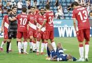 Wieder nicht getroffen: FCL-Stürmer Blessing Eleke (am Boden) mag nicht zuschauen, wie die Thuner feiern.Bild: Alexandra Wey/Keystone (Luzern, 11. August 2019)