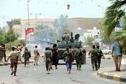 Beaffnete Kräfte der Separatistenbewegung kontrollieren die Strassen von Aden. (Bild: NAJEEB ALMAHBOOBI/Keystone)