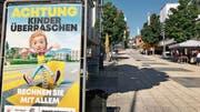Mit Kindern und Sprungfedern sensibilisiert das BfU in Wils Stadtzentrum für die Unberechenbarkeit der Jüngsten im Strassenverkehr. Bild: Andrea Häusler