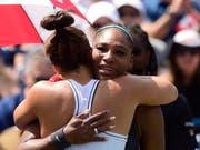 Serena Williams wird von ihrer Gegnerin Bianca Andreescu getröstet (Bild: KEYSTONE/AP The Canadian Press/FRANK GUNN)