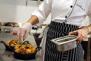 Gastro-Angestellte haben wegen der Personenfreizügigkeit mehr Konkurrenz erhalten. (Bild: EPA/AMEL PAIN)