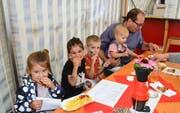 Klein und Gross essen zusammen im Tägerscher Festzelt. (Bilder: Christoph Heer)