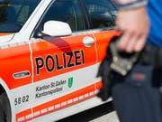 Am Sonntagnachmittag hat ein Mann bei der Bahnhofsunterführung in Rapperswil-Jona SG seine Mutter mit einem Messer getötet. (Bild: KEYSTONE/GIAN EHRENZELLER)