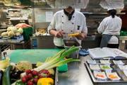In der Gastronomie arbeiten oft Ausländer. Die Arbeitslosigkeit in der Branche ist vergleichsweise hoch. (Bild: Keystone).