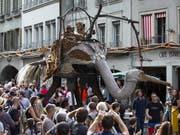 An drei Tagen gaben sich beim Strassenmusik-Festival Buskers in Bern 75'000 Personen der Strassenmusik, Akrobatik, Theater, Tanz, Streetperformance und Comedy hin. (Bild: KEYSTONE/PETER KLAUNZER)