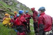 Bergführer Niklaus Kretz erklärt den Kindern vom Ferienpass Nidwalden, was sie beachten müssen bei der Wanderung. (Bild: Zéline Odermatt, Melchsee-Frutt, 7. August 2019)