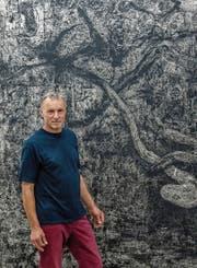 Der Künstler Wolfgang Zät und sein neuester Linolschnitt von 2019. (Bild: Nadia Schärli, Luzern, 9. August 2019)