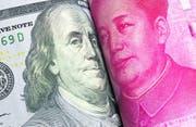 Amerikanischer Dollar versus chinesischer Yuan: Steuern die beiden Weltmächte wirklich auf einen Währungskrieg zu? (Bild: Shutterstock)