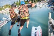 Der Blopp: Zwei Männer katapultieren einen Dritten in den See. (Bild: Andrea Stalder)