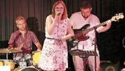 Karisma-Bandleaderin und Sängerin Karin Heeb, Christian Zünd am Schlagzeug und Christof Schlegel am Bass.Bild: Max Pflüger
