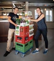 Der Betriebsleiter David Alfarè Lovo und Geschäftsführerin Simone Müller-Staubli vor der Bar im ersten Stock ein paar Tage vor der Eröffnung. (Bild: Ralph Ribi (9. August 2019))
