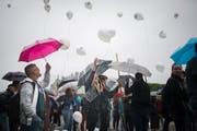 Schülerinnen und Schüler lassen aus Anlass des 25-Jahr-Jubiläums der Kantonsschule am Brühl Luftballone steigen. (Bilder: Benjamin Manser - 12. August 2019)
