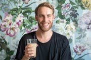 Für die Entwicklung einer Beinprothese aus recyceltem Kunststoff hat Designer Fabian Engel einen Werkbeitrag des Kantons St.Gallen erhalten. (Bild: Urs Bucher/TAGBLATT)