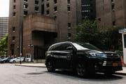 Vor dem Untersuchungsgefängnis ist das Auto des Gerichtsmediziners parkiert. (Bild: EPA)