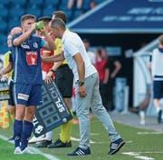Thomas Häberli (hier mit Mittelfeldspieler Idriz Voca) sucht noch die richtige Offensivtaktik. (Bild: M. Meienberger/Freshfocus (Luzern, 11. August 2019))