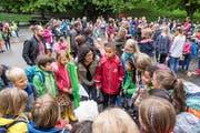 8 Uhr, Hebelschulhausplatz in St.Georgen: Eine Lehrerin versammelt ihre neue Klasse. (Bild: Hanspeter Schiess (12. August 2019))