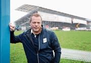 Patrick Sommer ist für das Sponsoring am Esaf in Zug verantwortlich. Nun hängen in der Arena die Sponsorenblachen. (Bild: Stefan Kaiser, Zug, 12. August 2019)