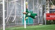 Hergiswil-Goalie Oliver Strohhammer streckt sich vergebens beim 0:1. Bild: Manuela Jans-Koch (10. August 2019)