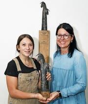 Künstlerin Maite Guisande Lopez (links) und Gemeindepräsidentin Renate Huwyler zeigen die Skulptur. (Bild: Daniel Frischherz, Hünenberg, 12. August 2019)