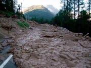 Erdrutsche haben am Sonntagabend bei einem Unwetter in den Kantonen Wallis und Graubünden diverse Strassen verschüttet. (Bild: Kantonspolizei Graubünden)