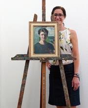 Kuratorin Milena Oehy hinter Martha Haffters Staffelei und einem ihrer Selbstporträts. (Bild: Dieter Langhart)