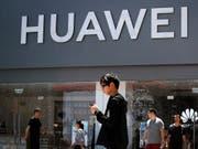 Das neue Huawei-Betriebssystem soll erst einmal in einem neuen TV verbaut werden: ein Geschäft in Peking (Archivbild). (Bild: KEYSTONE/AP/ANDY WONG)