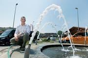 Der Weggiser Gemeindepräsident Roger Dähler beim Kreisel: Im Moment dreht sich vieles um Bauen und Tourismus. (Bild: Corinne Glanzmann, 3. August 2018)