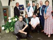 Jim Billet (Zweiter von links stehend) freut sich mit seiner Crew und den Beteiligten über die Anerkennung für seine Küche. (Bild: Heidy Beyeler)