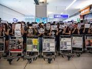 Protestierende blockieren am Dienstag am Hong Kong Chek Lap Kok International Airport den Abflugsektor am Terminal 2. (Bild: KEYSTONE/EPA/LAUREL CHOR)