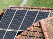Dank Niedrigstenergie-Bauten und ganzflächigen Solarzellen auf den Gebäudedächern sollen gemäss einer Studie die Ziele des Pariser Klimaabkommens erreichbar sein. (Bild: KEYSTONE/GAETAN BALLY)