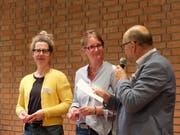 Schulpräsident Andreas Wirth begrüsst die neuen Behördenmitglieder Sara Bangarter und Sabine Bötschi. (Bilder: Stefan Hilzinger)